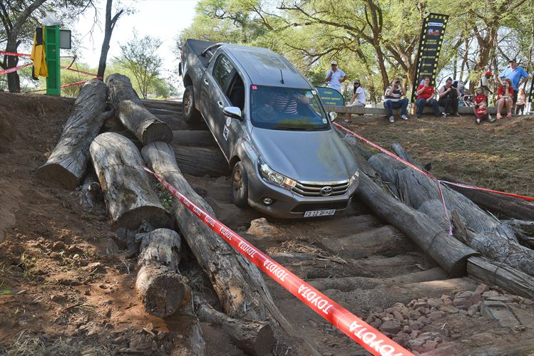 hilux_log-obstacle_880x500